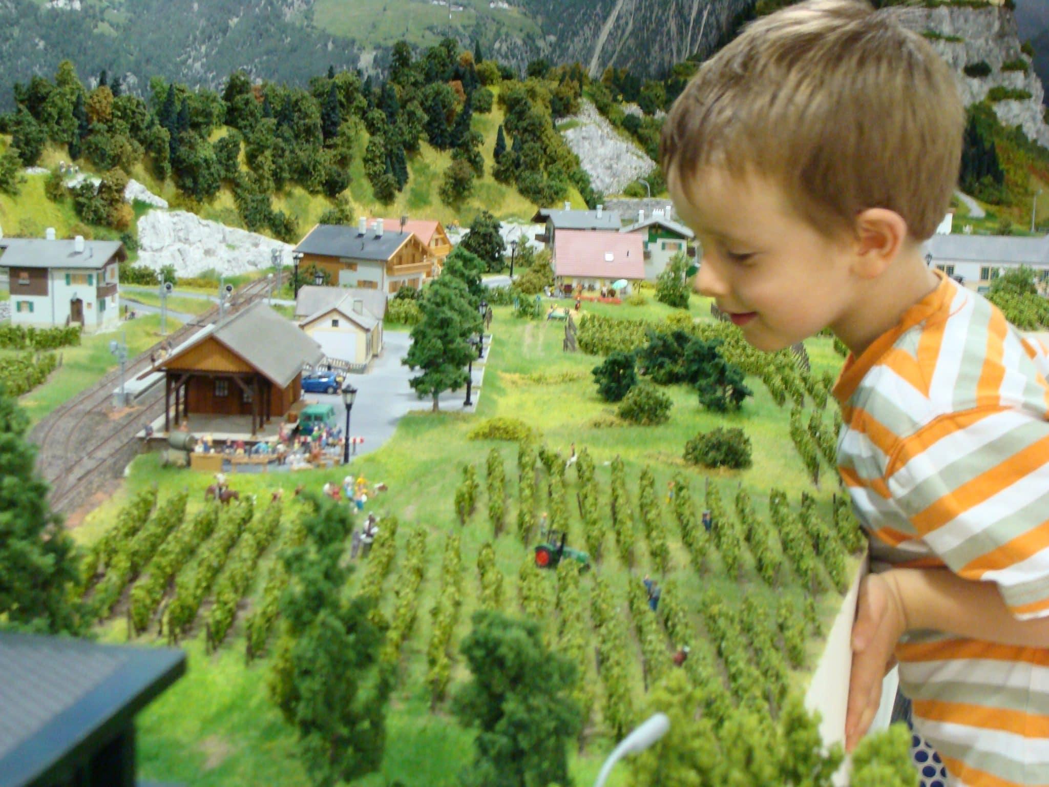 Begeistertre Kinderaugen -vom Eisenbahnwelt geschickt
