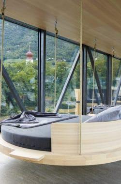Gemütliche Schaukeln in unserem Lindenhof Designhotel in Südtirol