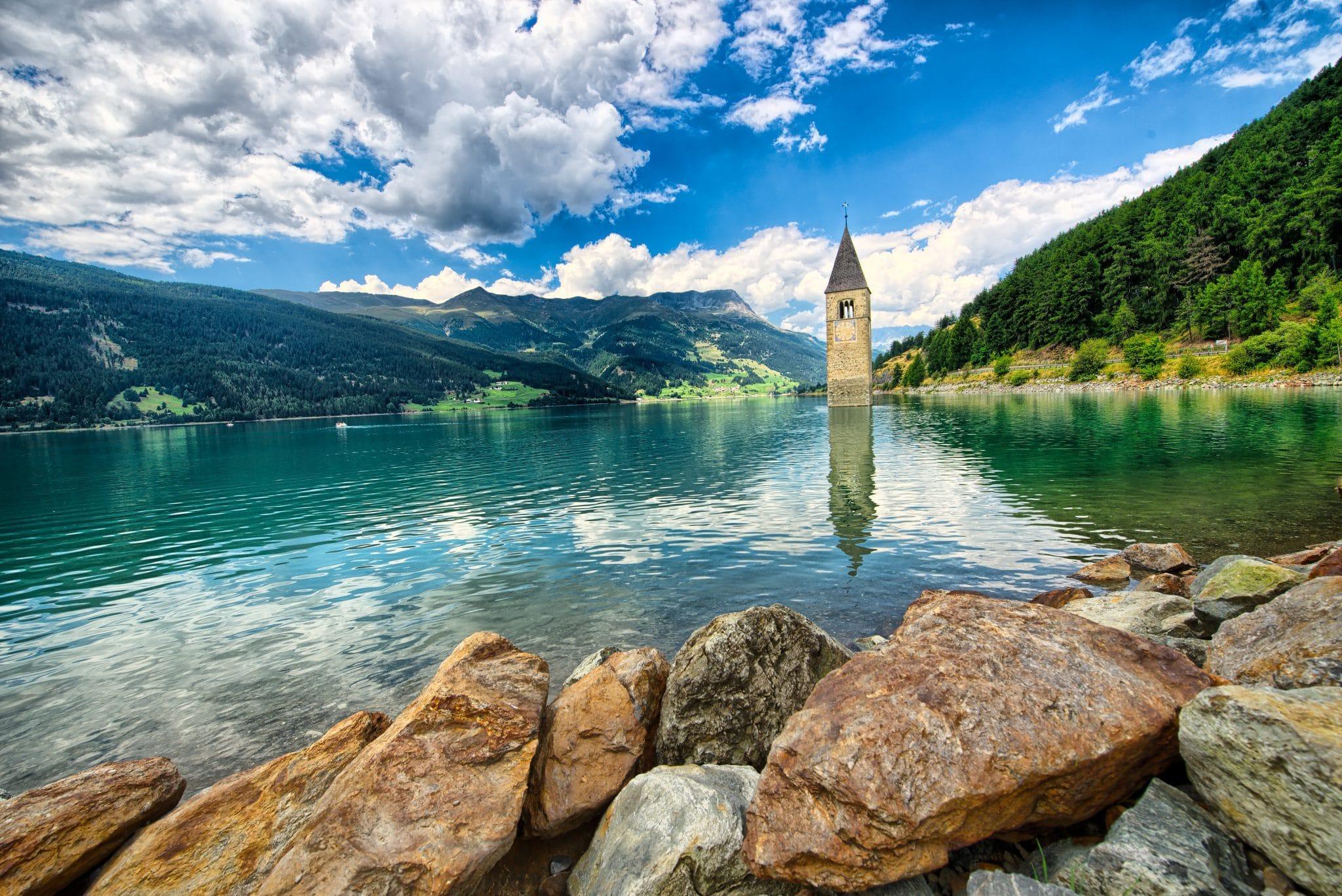 Der Reschensee ist ein Muss im Südtirol Urlaub!