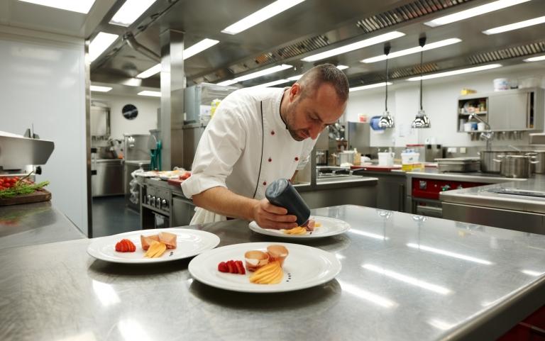 Anrichten der Teller in der Küche - Lindenhof