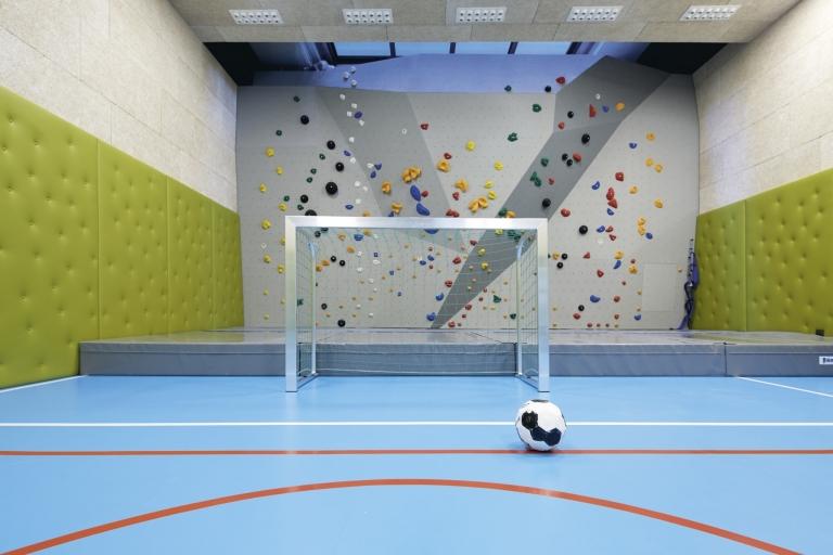 Turnhalle und Boulderwand für Kinder im Lindenhof