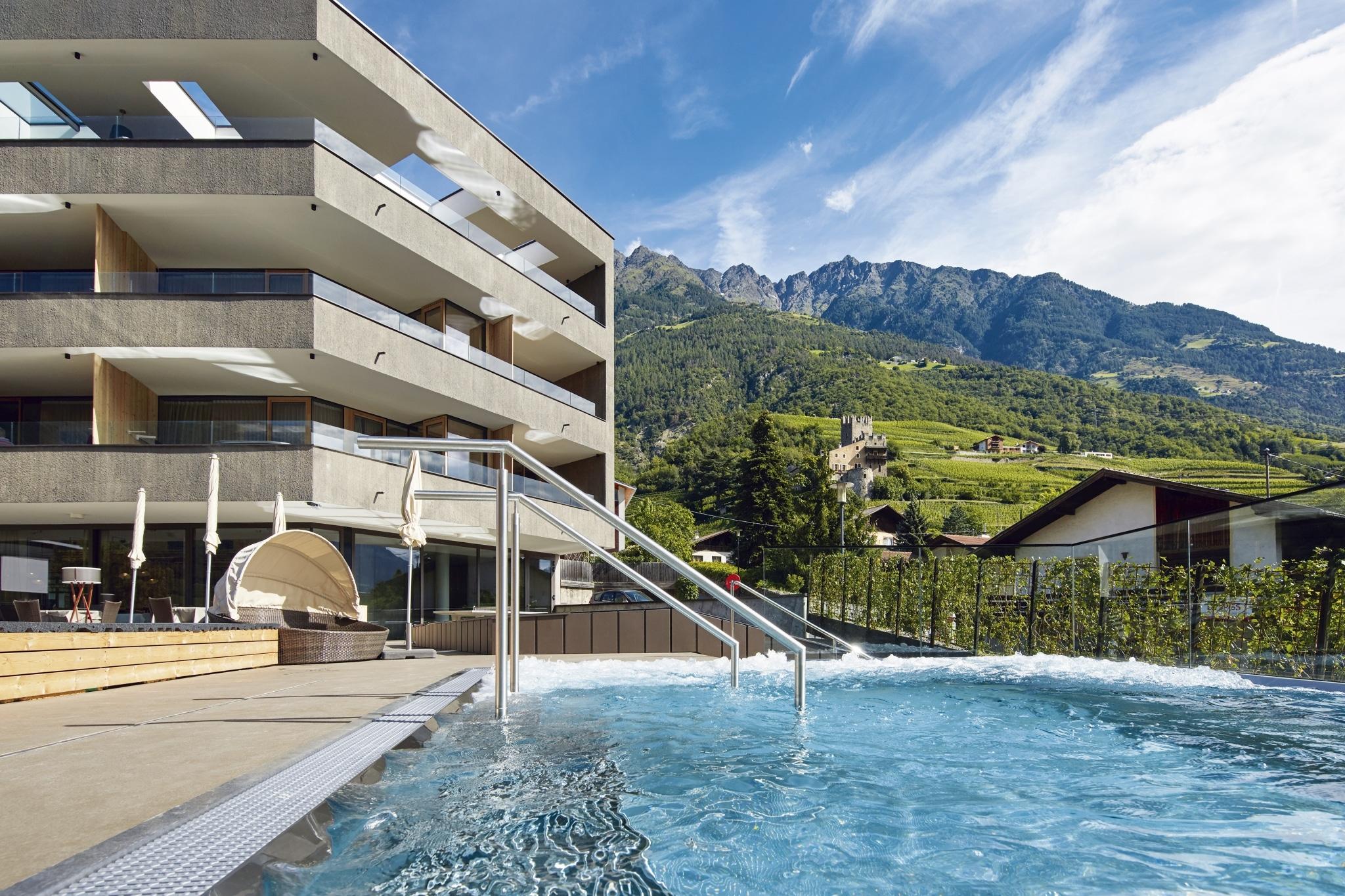 Hotel und Pool - Lindenhof in Meran
