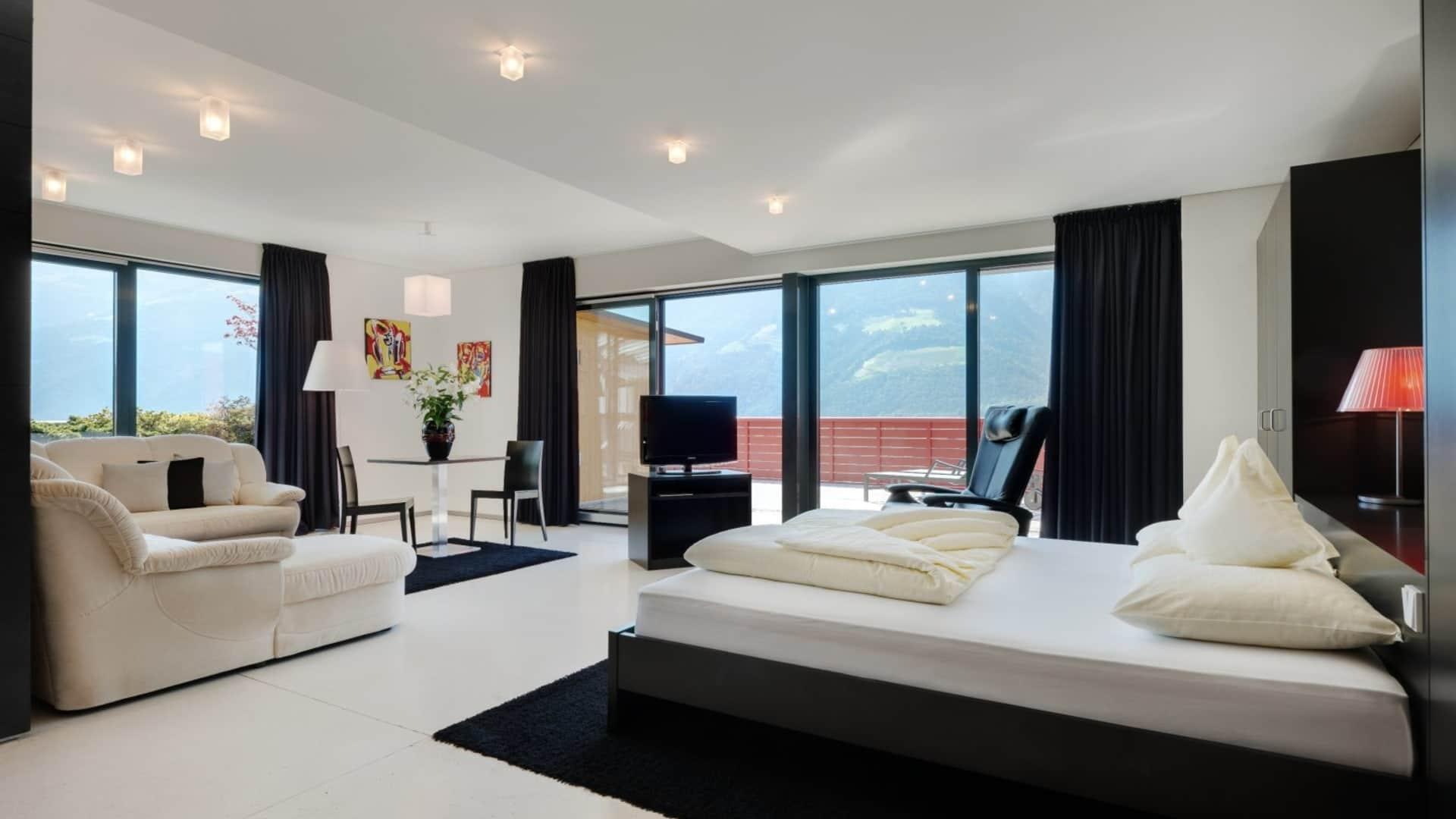 Black & White Suite - großes Schlafzimmer im Hotel