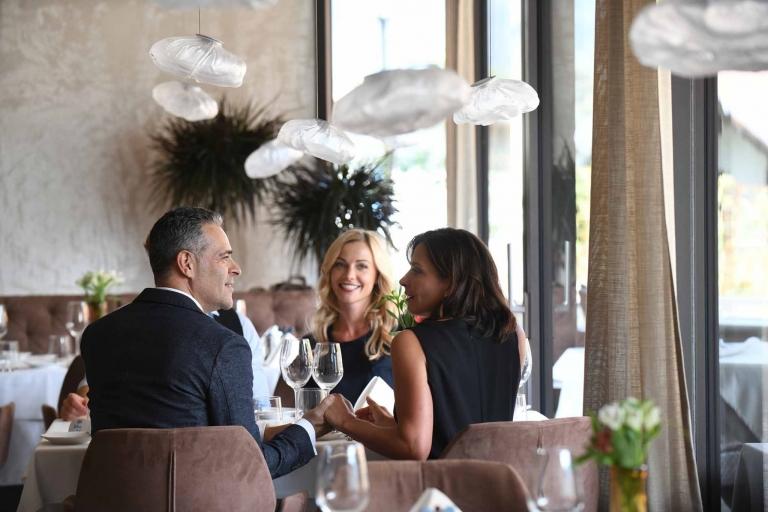 Gäste am Tisch - Hotel Lindenhof