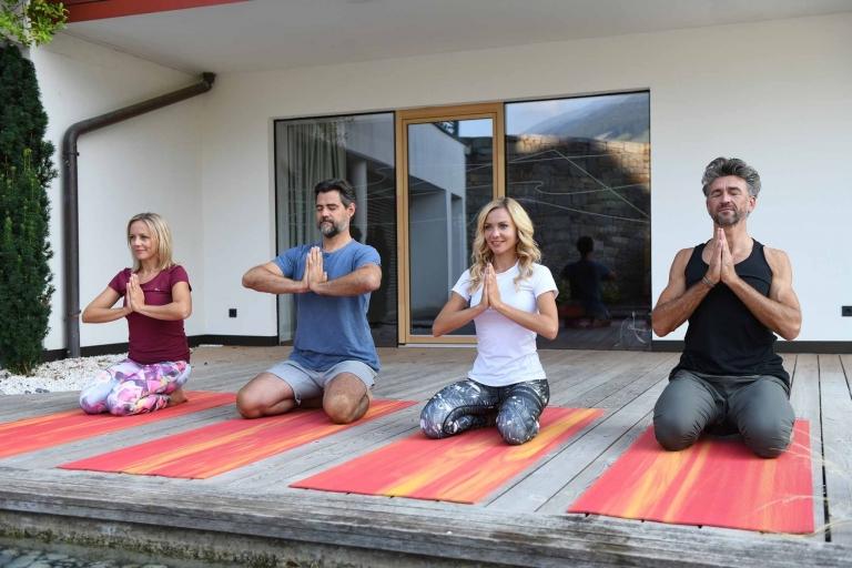 Yoga auf der Terrasse im Lindenhof