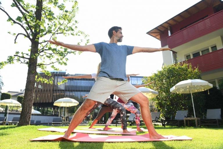 Yoga-Stellungen im Urlaub lernen