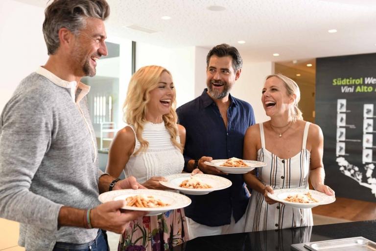 Gäste mit Speisen - Hotel Lindenhof