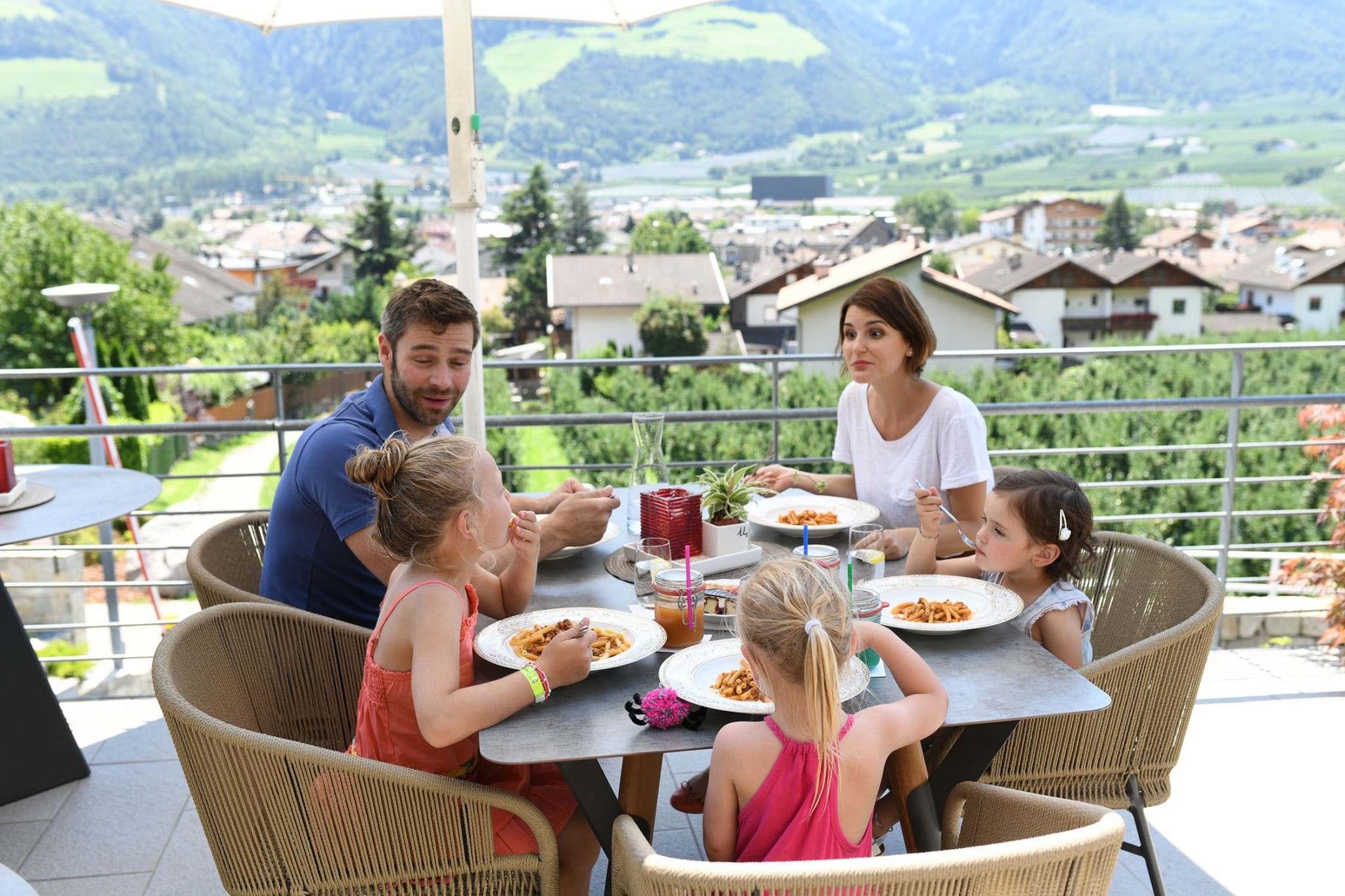 Essen mit der Familie im Lindenhof
