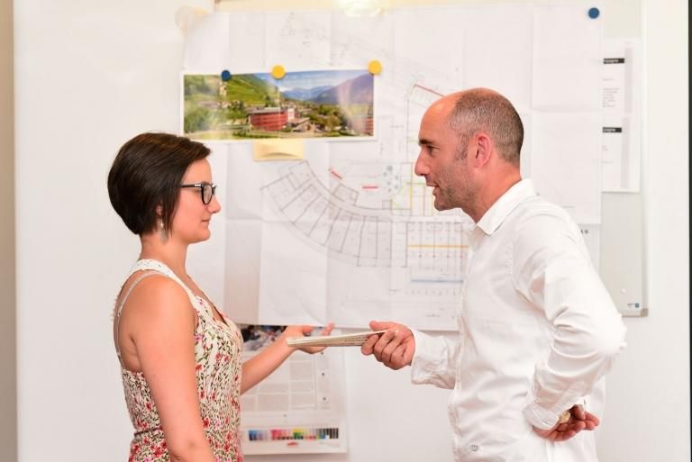 Joachim und Chiara bei der Hotelplanung
