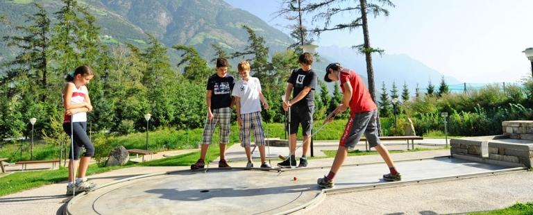 Minigolf Spaß für Kinder in Familienhotel Lindenhof