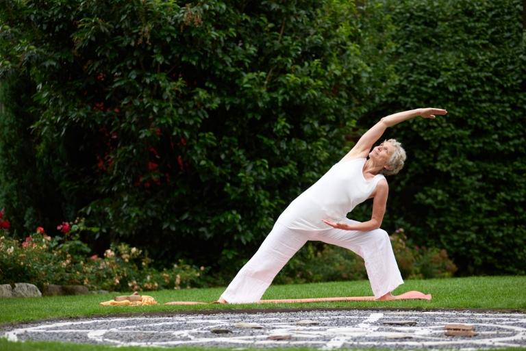 Yogaübungen mit Yogalehrerin im Lindenhof