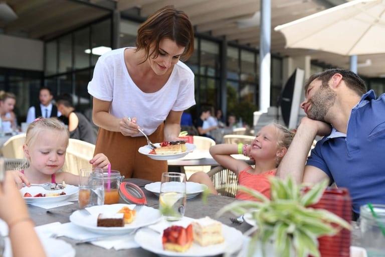 Gemeinsam essen im Familienurlaub