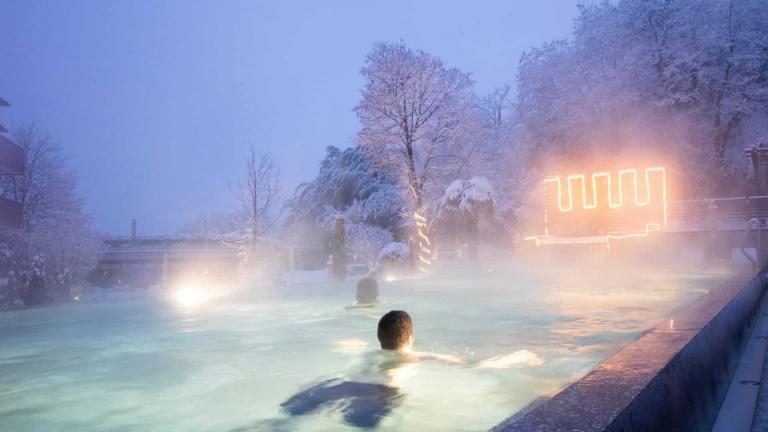 Außenpool im Winter - Wellnessurlaub in Südtirol
